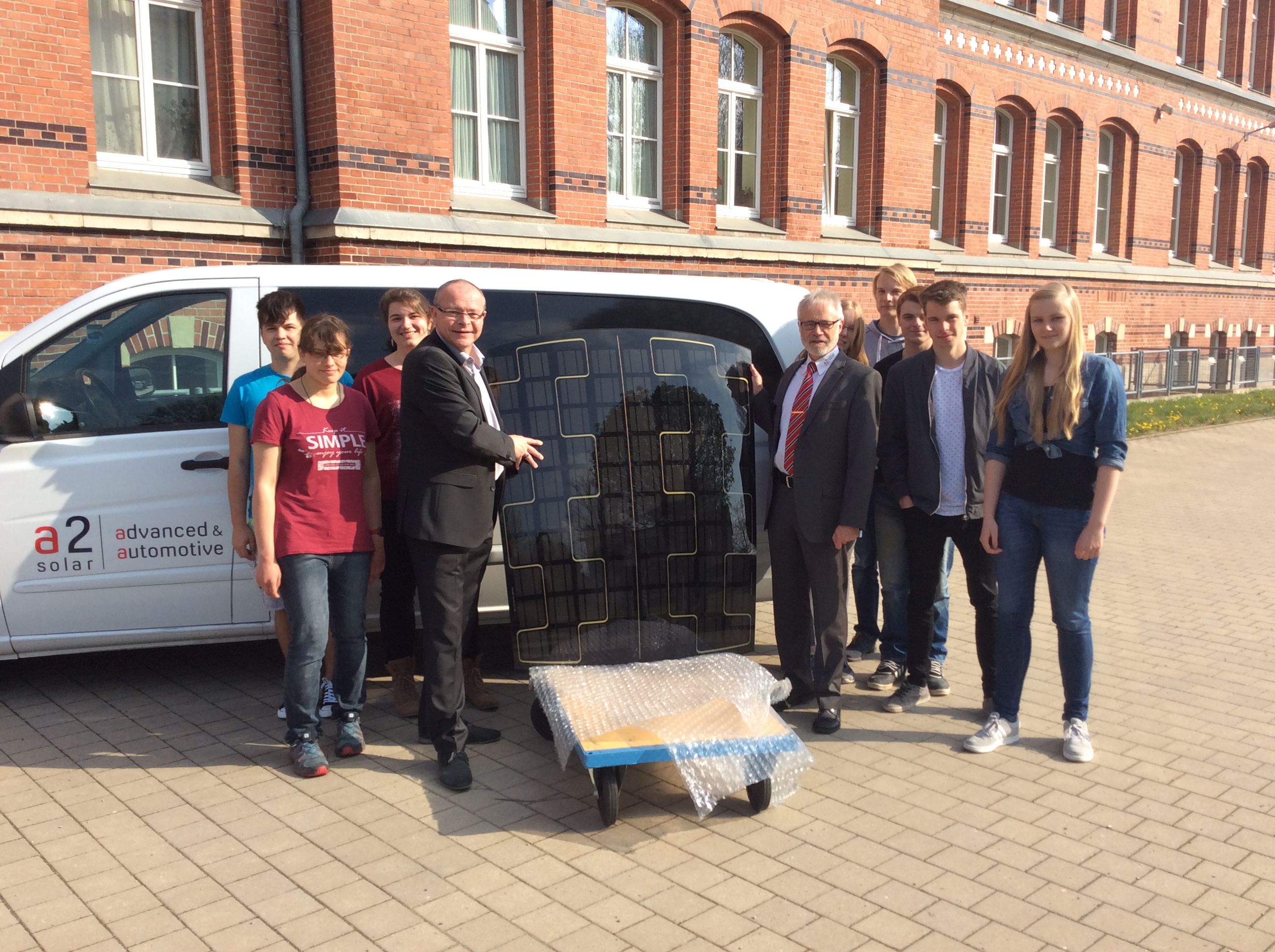 a2-solar provides solar car roof modules for Thuringian schools to teach on photovoltaic technology and solar systems in technical college classes. The CEO of a2-solar himself, Mr. Reinhard Wecker (right), handed over the solar modules to the prinicpal Karsten Pohlemann (left) and some of the 2nd year EDP trainees of the Andreas-Gordon-College in Erfurt.